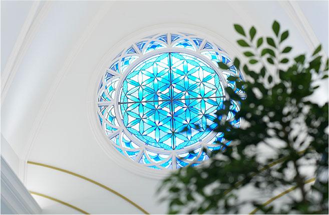 永遠を象徴するステンドグラスの画像
